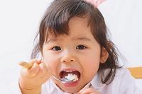 ケーキを食べる日本人の女の子