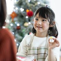 アイシングクッキーを持ち微笑む女の子