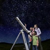 星空を見上げる日本人家族