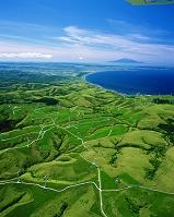 北海道 宗谷丘陵の風力発電と利尻島(右奥)