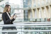 スマートフォンを見る外国人女性