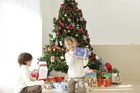 クリスマスを楽しむ子供