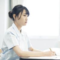 勉強をする看護学生