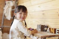 子供部屋で寛ぐ日本人の女の子
