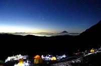 山梨県 南アルプス市 夜明けの北岳肩の小屋キャンプ場とオリオ...