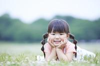 頬杖をつく日本人の女の子