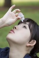 目薬を差す若い日本人女性