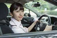 車の運転をする若い日本人女性