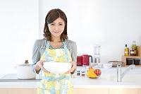 お皿を運ぶ日本人女性