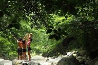 川で遊ぶ日本人の子供たち