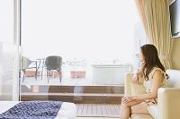 ホテルでくつろぐ日本人女性