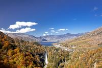 明智平より秋の華厳の滝と中禅寺湖