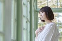 遠くを見る日本人女性