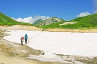 岐阜県 弓折岳から水晶岳中央左と鷲羽岳中央右の山