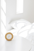 目覚まし時計とベッドルーム