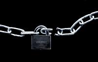 南京錠でロックされた鎖