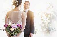 ブーケを後ろ手に持っている花嫁
