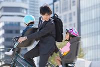 自転車に乗る日本人親子