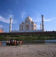 インド タージ・マハルとヤムナ川