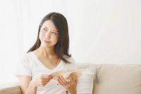 文庫本を読む日本人女性