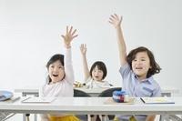 手を上げる日本人の子供