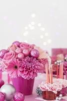ピンクの花とキャンドルのクリスマスアレンジメント