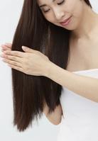 ヘアケアをする日本人女性