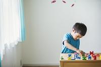 英語ブロックで遊ぶ日本人の子供