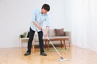 床を拭く若い日本人男性