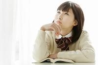 ノートを取りながら考える女子高校生