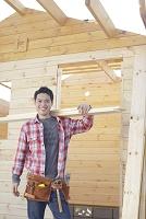 木材を担ぐ男性