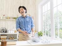 フライパンで料理をする男性
