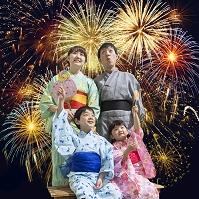 花火を見上げる日本人家族