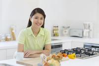 キッチンでお茶を飲む日本人女性