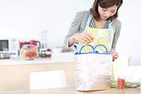 食材を取り出す日本人女性