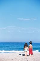 海を眺める男の子と日本人の女の子