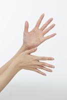 ハンドケアをする女性の手
