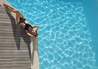 プールサイドに寝そべる外国人女性