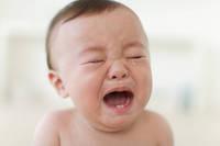 泣いている日本人の男の子の赤ちゃん