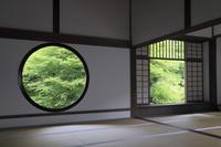 京都府 源光庵 悟りの窓(左)と迷いの窓(右)