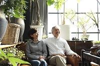 ソファに座るミドルカップル