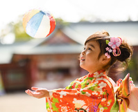 紙風船で遊ぶ晴れ着の女の子
