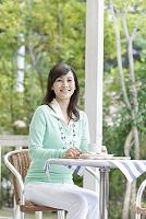 カフェテラスでお茶をする日本人女性