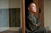 縁側に座る日本の中高年男性