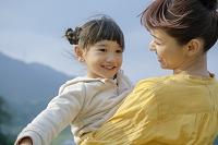 娘を見つめる笑顔の母