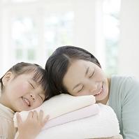 タオルに頬ずりする母と娘
