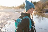 ハイキングする女性
