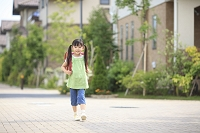 ランドセルを背負い住宅街を歩く日本人の女の子