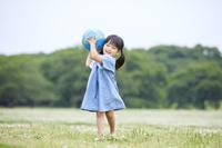 ボールで遊ぶ日本人の女の子