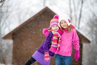 雪の中でこちらを見ている女の子